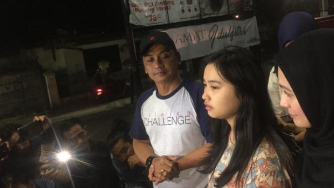 Keluarga menjelaskan kondisi setelah ayah Dewi Perssik meninggal dunia