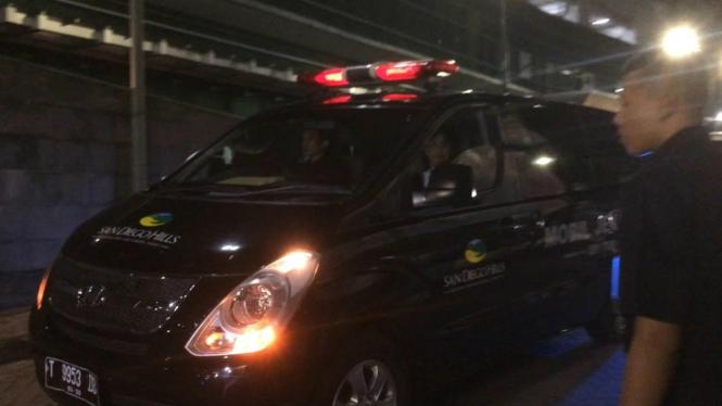 Ambulans pembawa jenazah ayah Dewi Perssik