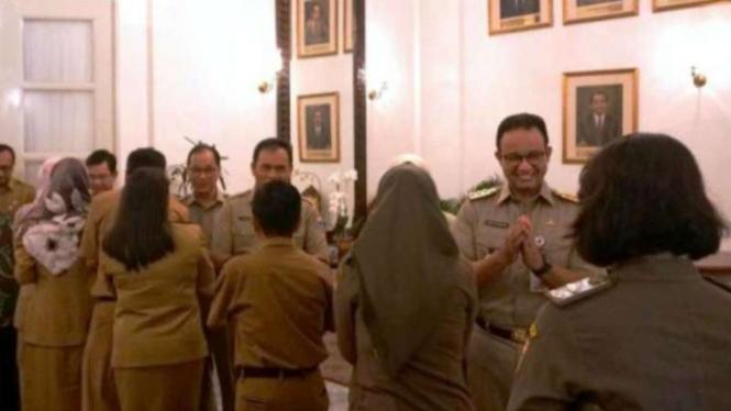 Gubernur DKI Jakarta Anies Baswedan menyambut para PNS.