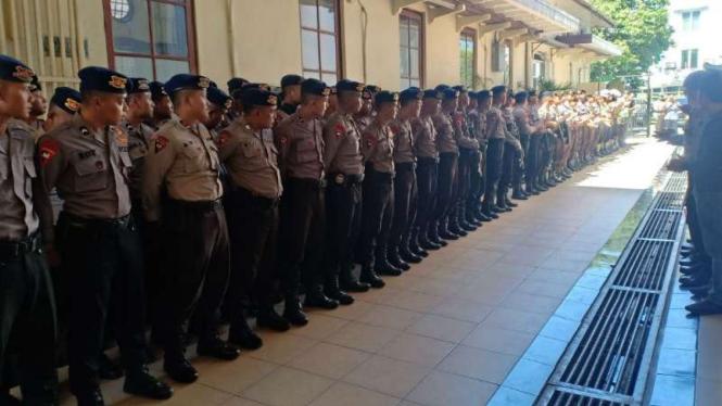 Sidang Ahmad Dhani di Pengadilan Negeri Surabaya dijaga ratusan polisi.