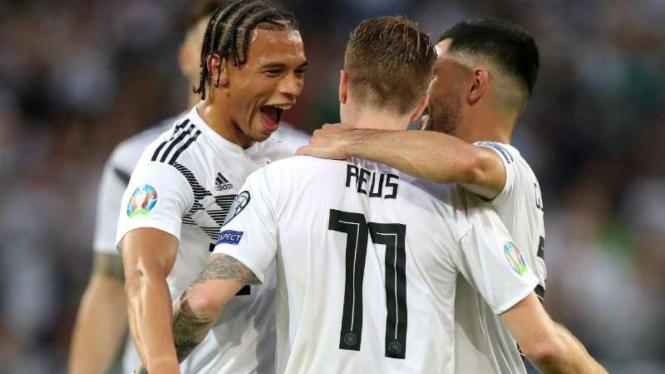 Para pemain Jerman rayakan gol.