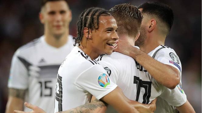 Para pemain timnas Jerman rayakan kemenangan
