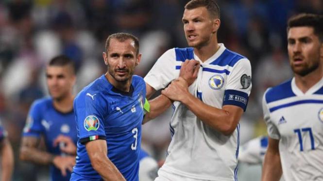 Striker Bosnia-Herzegovina, Edin Dzeko (tengah).