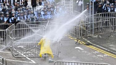 https://thumb.viva.co.id/media/frontend/thumbs3/2019/06/12/5d0097eb1c337-unjuk-rasa-hong-kong-demonstran-lanjutkan-protes-ruu-ekstradisi-blokade-jalan-gedung-pemerintah_375_211.jpg