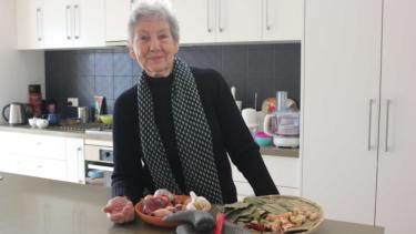 https://thumb.viva.co.id/media/frontend/thumbs3/2019/06/12/5d00a8ecb86a4-helen-sumardjo-wanita-australia-yang-suka-memasak-makanan-indonesia_375_211.jpg