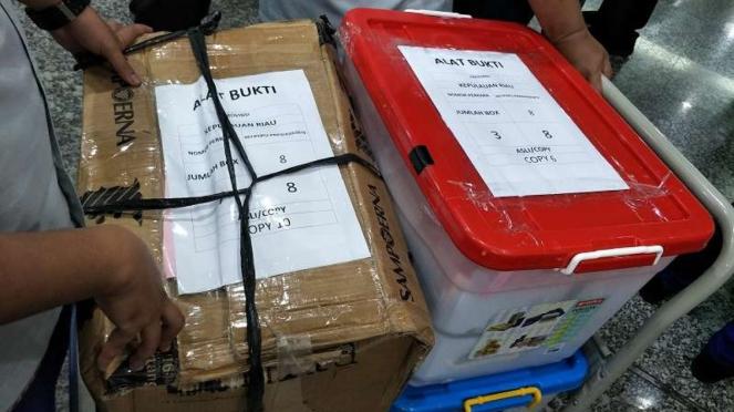 Kotak dokumen berisi alat bukti KPU untuk sidang gugatan Pilpres di MK