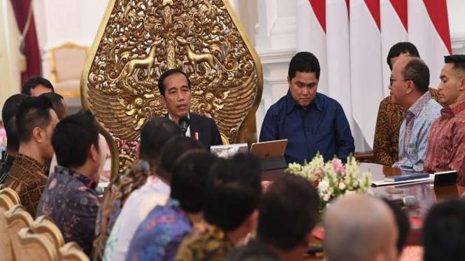 Presiden Joko Widodo (kiri) menerima pengurus Kadin dan Hipmi