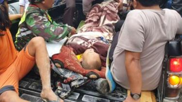 Proses evakuasi bapak dan anaknya yang tersambar petir di Kabupaten Karo.