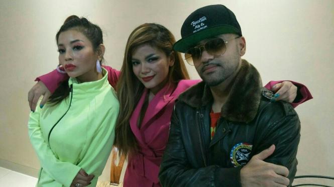Dj Dinar Candy (tengah) bersama Liquid Silva (kanan)