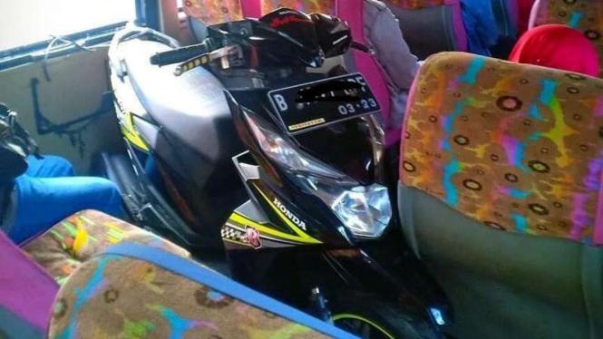 Sepeda motor masuk ke kabin bus
