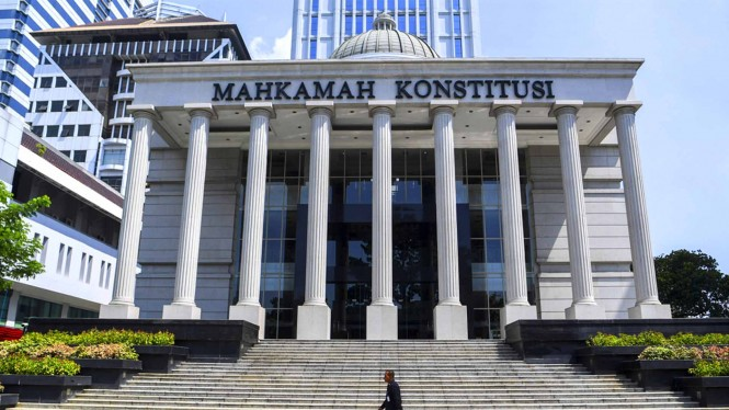 https://thumb.viva.co.id/media/frontend/thumbs3/2019/06/13/5d02199c6410b-gedung-mahkamah-konstitusi_665_374.jpg