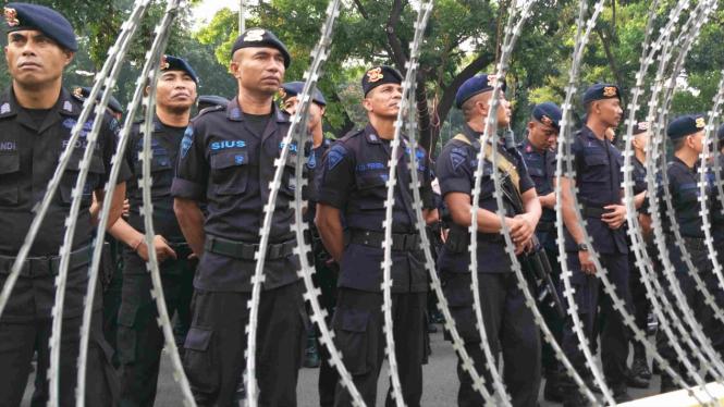 Aparat polisi jaga ketat area sekitar Mahkamah Konstitusi.
