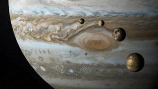 Planet Jupiter dengan empat Bulan sebagai satelitnya.