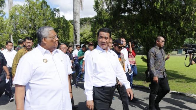 Menteri Pertanian Amran Sulaiman saat mengunjungi lokasi bencana banjir bandang Kabupaten Konawe Utara, Provinsi Sulawesi Tenggara.