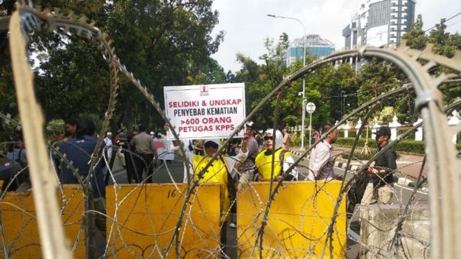 Massa aksi yang akan demo di dekat gedung MK