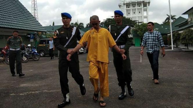 Oknum TNI Prada Deri Pramana diamankan Pomdam II Sriwijaya