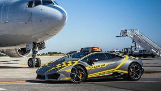 Bandara Ini Pakai Supercar untuk Memandu Pesawat