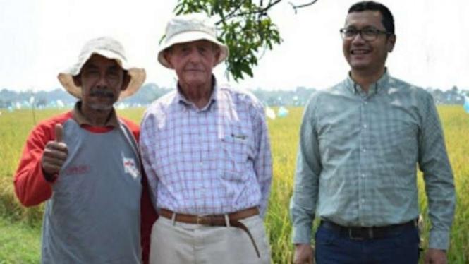 Pendiri East West Seed Simon N. Groot (tengah).