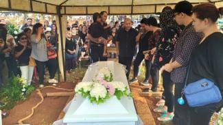 Suasana pemakaman Robby Sugara