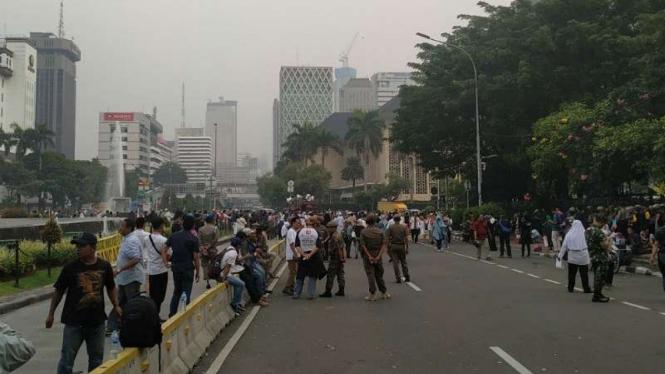 Massa peserta aksi di sekitar MK mulai membubarkan diri.