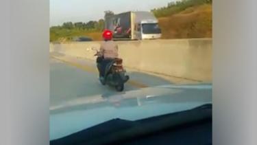 Pemotor wanita terobos tol Ngawi.