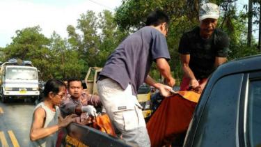 Petugas mengevakuasi jasad pengendara motor yang tergilas truk di Serang.