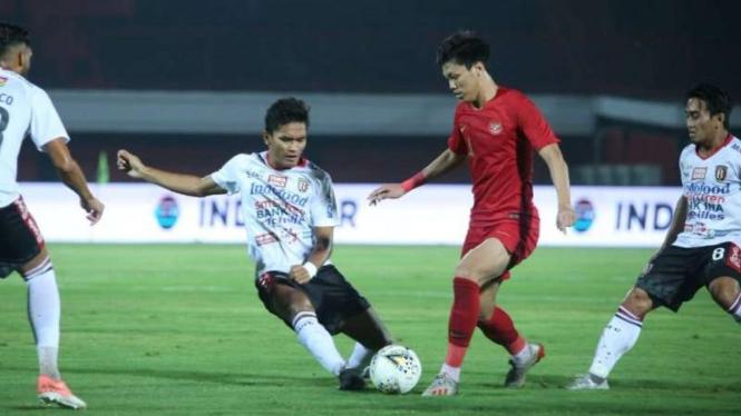 Pertandingan uji coba antara Bali United melawan Timnas Indonesia U-23