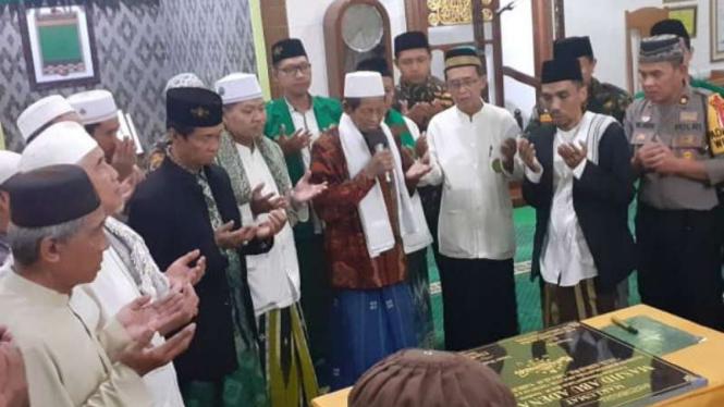 Ketua NU Surabaya Ahmad Muhibbin Zuhri (tengah jas-kopiah hitam)