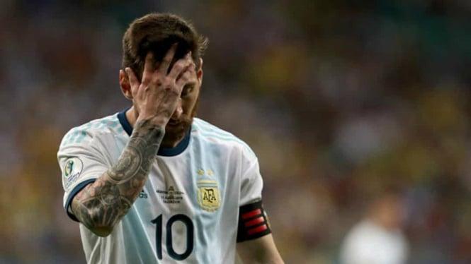 Bintang timnas Argentina, Lionel Messi tertunduk usai takluk dari Kolombia