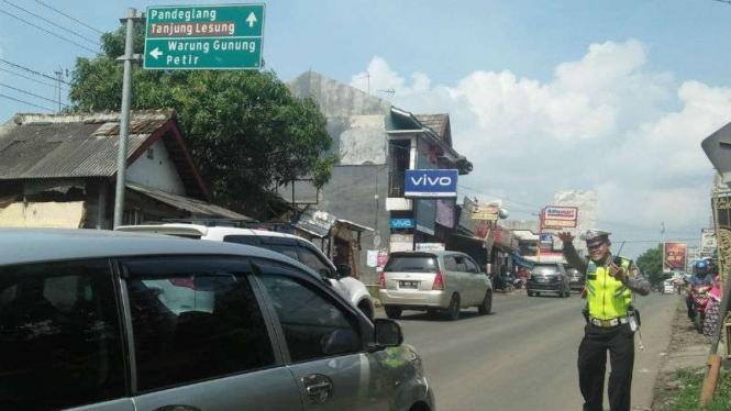 Jalur padat, polisi berlakukan sistem satu arah menuju pantai di Banten.