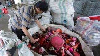 Proses aur ulang plastik di Indonesia. - NurPhoto/Getty Images