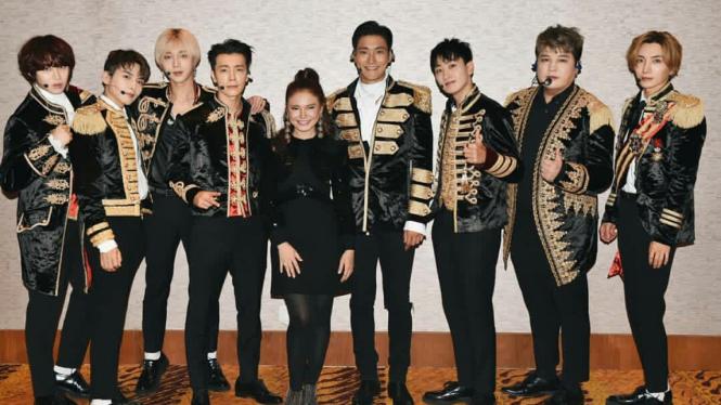 Rossa bersama Super Junior setelah konser.