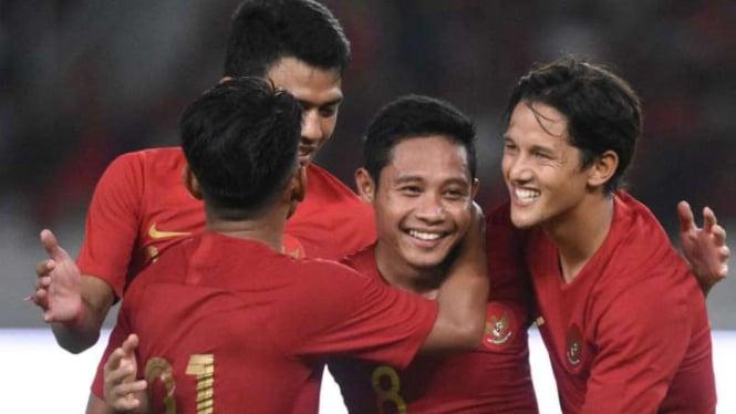 Para pemain Timnas Indonesia rayakan gol.