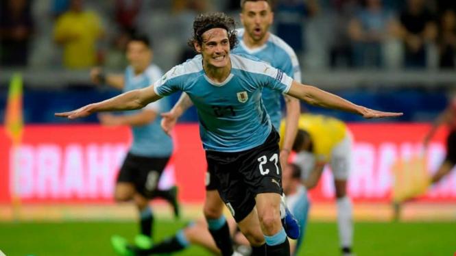 Bomber Uruguay, Edinson Cavani mencetak gol ke gawang Ekuador