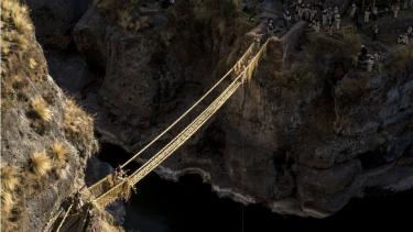 https://thumb.viva.co.id/media/frontend/thumbs3/2019/06/17/5d06fdb19fa73-jembatan-rumput-warisan-infrastruktur-suku-inca-di-peru-yang-membantu-orang-menyeberang-sungai-selama-600-tahun_375_211.jpg