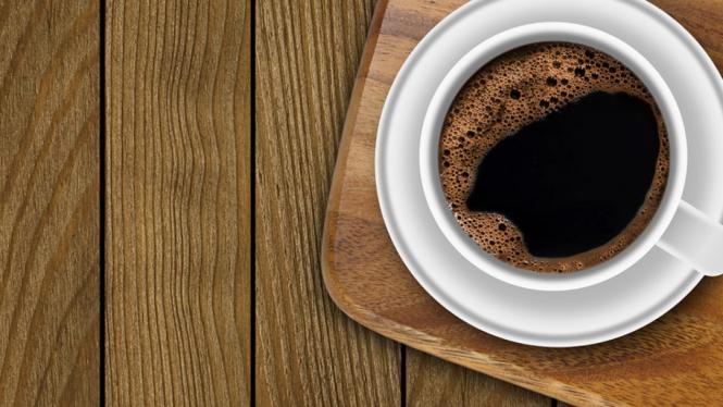 Minum secangkir kopi di pagi hari.