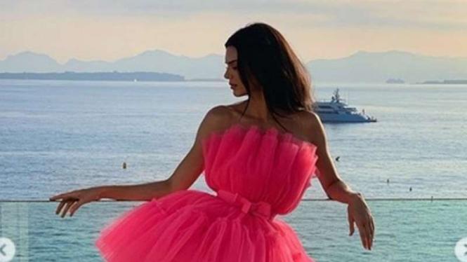 Pose Flaminggo ala Kendall Jenner