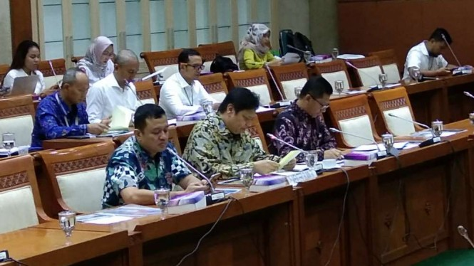 Menperin Airlangga Hartarto saat mewakili menteri BUMN di DPR.