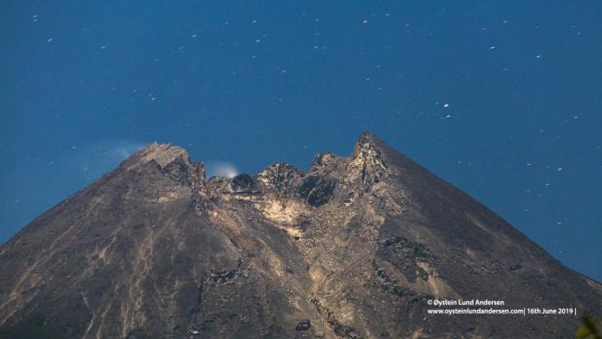 Foto puncak Gunung Merapi pada malam purnama 16 Juni 2019