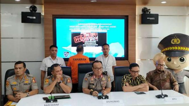 Polisi tangkap pembuat hoax server KPU diseting.