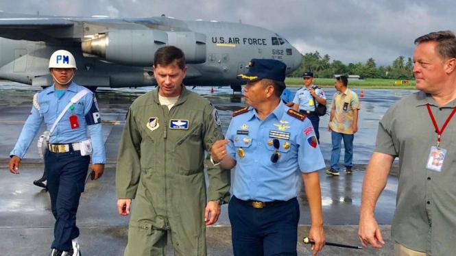 Dua petinggi Angkatan Udara Indonesia dan Amerika Serikat dalam latihan militer di Bandara Sam Ratulangi, Manado, Sulawesi Utara, Selasa, 17 Juni 2019.