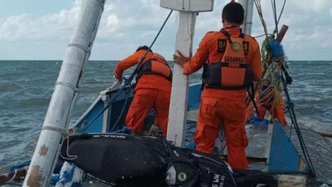 Tim SAR mencari para korban kapal tenggelam di Perairan Sapudi, Kabupaten Sumenep, Madura, Jawa Timur, Selasa, 18 Juni 2019.