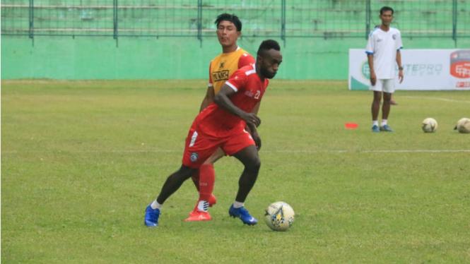 Striker Arema, Ricky Kayame, di sesi latihan Arema FC