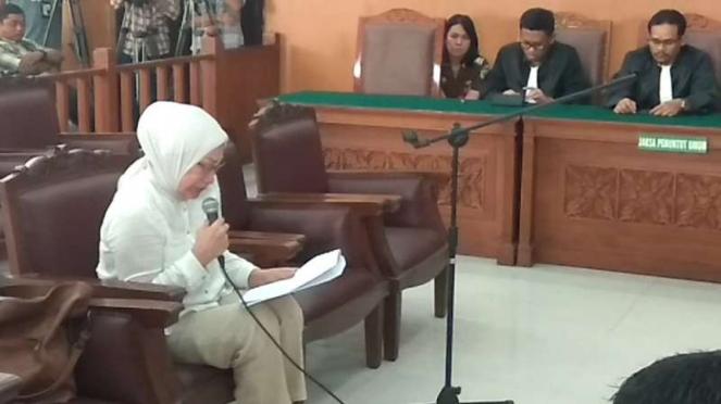 Ratna Sarumpaet membacakan pledoi di Pengadilan Negeri Jakarta Selatan