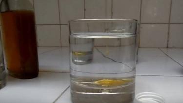 Tes keaslian madu dengan segelas air