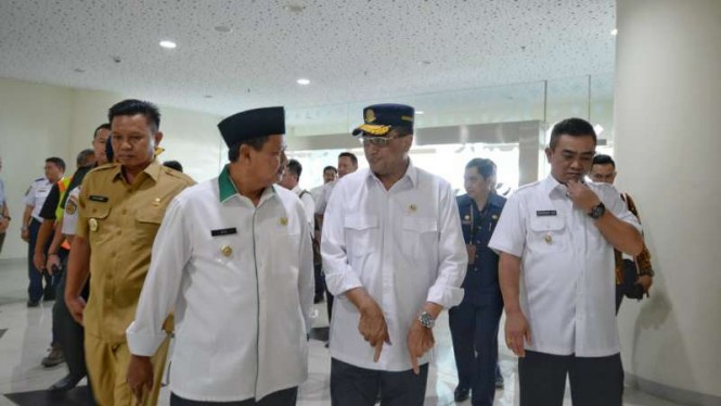 Menteri Perhubungan, Budi Karya Sumadi (tengah).