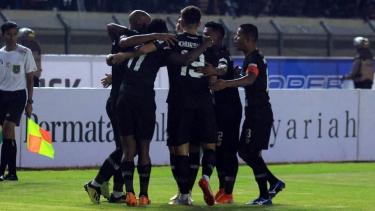 Pemain Tira Persikabo merayakan gol ke gawang Persib Bandung