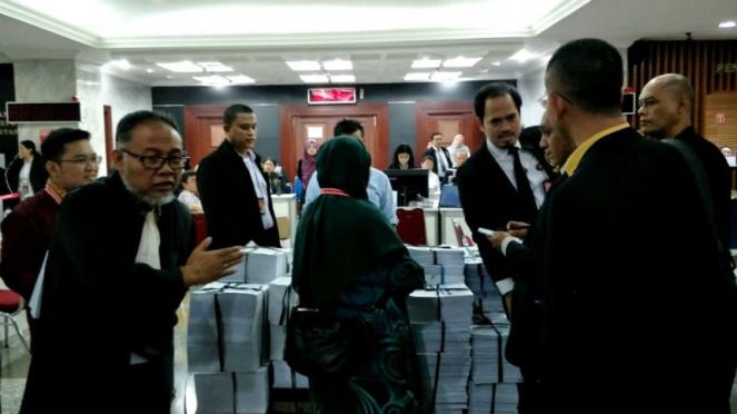 Bambang Widjojanto pergoki tim hukum KPU yang foto barang bukti kubu Prabowo.
