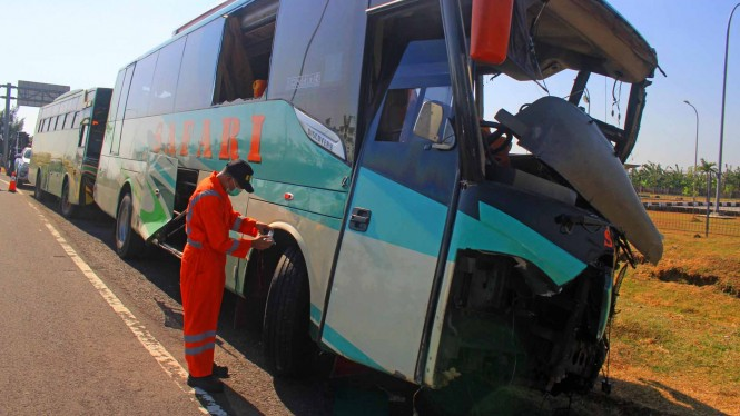 Kecelakaan bus di Tol Cipali