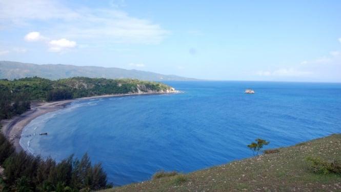 Pantai Lhok Mee dari Perbukitan
